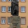 Dürer szobra Nürnbergben (450x800).jpg